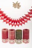Decoración de Navidad con las velas en el fondo blanco Foto de archivo libre de regalías