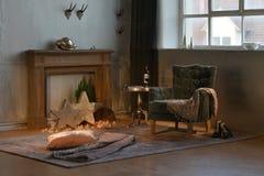 decoración de Navidad en desván de la sala de estar Fotos de archivo libres de regalías