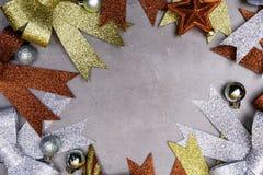 Decoración de Navidad, frontera de la Navidad del fondo del concepto del marco con los arcos, bolas, estrellas foto de archivo
