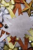 Decoración de Navidad, frontera de la Navidad del fondo del concepto del marco con los arcos, bolas, estrellas fotos de archivo libres de regalías