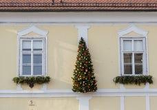 Decoración de Navidad y del Año Nuevo en la pared del edificio Imágenes de archivo libres de regalías