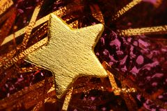 Decoración de oro de la Navidad con la estrella del oro Fotos de archivo libres de regalías