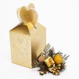 Decoración de oro de la Navidad con un regalo Foto de archivo libre de regalías