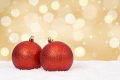 Decoración de oro de las bolas de la tarjeta de Navidad con el copyspace Imágenes de archivo libres de regalías