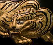 Decoración de oro de las ilustraciones del tigre en Osaka Castle fotografía de archivo