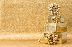 Decoración de oro de los días de fiesta del fondo del arco de la cinta de los regalos Foto de archivo libre de regalías