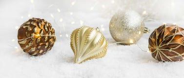 Decoración de oro de los globos y de las luces de la Navidad Fotos de archivo