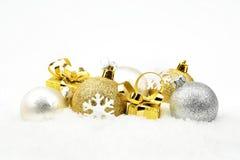Decoración de oro, de plata de la Navidad en nieve Imagen de archivo