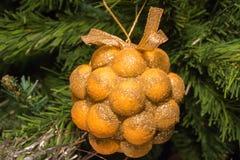 Decoración de oro del manojo en el árbol de navidad Imagen de archivo libre de regalías