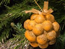 Decoración de oro del manojo en el árbol de navidad Imágenes de archivo libres de regalías