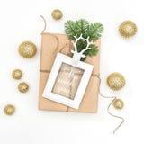 Decoración de oro del marco del regalo de la composición de la Navidad Fotos de archivo libres de regalías