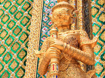 Decoración de oro del templo de la estatua del demonio Foto de archivo libre de regalías