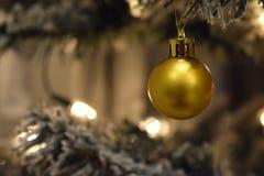 Decoración de oro en un árbol de navidad blanco Foto de archivo libre de regalías