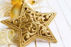 Decoración de oro festiva de la estrella del brillo Imagenes de archivo