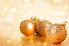 Decoración de oro de la bola de los christams Foto de archivo
