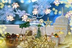 Decoración de oro de la Navidad en la bóveda y las linternas de cristal Fotografía de archivo