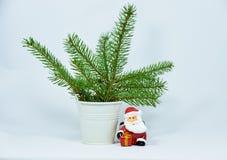 Decoración de Papá Noel, rama de la Navidad en el fondo blanco, símbolos de la Navidad Imágenes de archivo libres de regalías