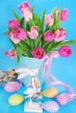 Decoración de Pascua con el conejito de madera y los tulipanes frescos Fotos de archivo libres de regalías