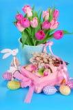 Decoración de Pascua con el conejito de madera y los tulipanes frescos Fotografía de archivo libre de regalías