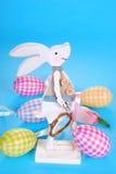 Decoración de Pascua con el conejito y los huevos de madera Fotografía de archivo