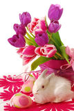 Decoración de Pascua con el conejito y los tulipanes Fotos de archivo