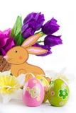 Decoración de Pascua con el conejo, los huevos y los tulipanes Imagen de archivo