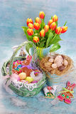 Decoración de Pascua con la cesta y los tulipanes frescos Foto de archivo