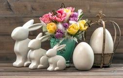 Decoración de Pascua con las flores, los huevos y el conejito del tulipán Fotos de archivo