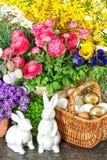 Decoración de Pascua con las flores, los huevos y los conejitos de la primavera Imagen de archivo libre de regalías