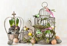 Decoración de Pascua con los huevos, pájaros, flores Imagen de archivo