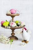 Decoración de Pascua con los huevos y el pollo Imágenes de archivo libres de regalías