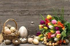 Decoración de Pascua con los huevos y las flores del tulipán Foto de archivo