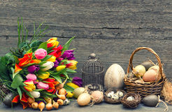Decoración de Pascua con los huevos y las flores del tulipán Imagen de archivo libre de regalías
