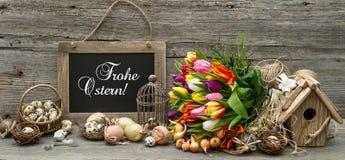 Decoración de Pascua con los huevos y las flores del tulipán Foto de archivo libre de regalías