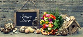 Decoración de Pascua con los huevos y las flores del tulipán Estilo retro entonado Fotos de archivo