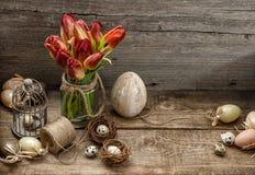 Decoración de Pascua con los huevos y las flores del tulipán Estilo rural Imagenes de archivo