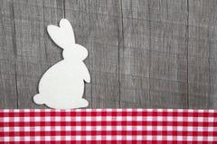 Decoración de Pascua con un conejo en un fondo de madera gris con Foto de archivo libre de regalías