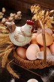 Decoración de Pascua de la gallina en cesta de mimbre con los huevos Imagen de archivo libre de regalías