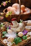Decoración de Pascua de la gallina en la jerarquía y de la cesta de mimbre con los huevos Imagen de archivo