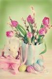Decoración de pascua del vintage con la cesta y los tulipanes Fotos de archivo