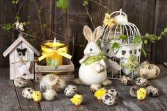 Decoración de pascua del vintage con los huevos y el conejo Imágenes de archivo libres de regalías