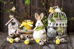 Decoración de pascua del vintage con los huevos y el conejo Foto de archivo libre de regalías