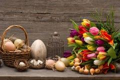 Decoración de pascua del vintage con los huevos y los tulipanes Foto de archivo