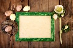 Decoración de Pascua del vintage en el viejo tablero de madera con el espacio de la copia Imágenes de archivo libres de regalías