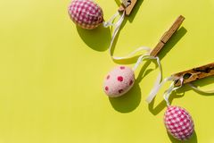 Decoración de Pascua, elementos de la decoración del partido de Pascua Guirnalda de los huevos La tarjeta de felicitación PASCUA  imagen de archivo libre de regalías