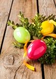 Decoración de Pascua - huevos con el buxus en la madera rústica Foto de archivo
