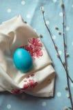 Decoración de Pascua - huevos de madera en una servilleta de la tela Imagen de archivo libre de regalías