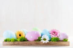 Decoración de Pascua - huevos y flores en una madera Foto de archivo