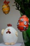Decoración de Pascua - huevos y pollo imagenes de archivo
