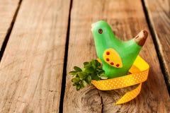 Decoración de Pascua - pájaro en la madera rústica del vintage Fotos de archivo libres de regalías